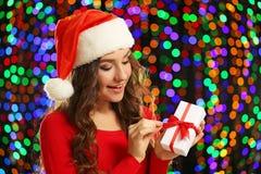 Młoda kobieta w Santa kapeluszu Fotografia Royalty Free