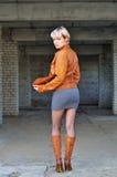 Młoda kobieta w skórzanej kurtce i butach Zdjęcie Royalty Free