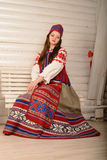 Młoda kobieta w Slawistycznego Belarusian kostiumu krajowym oryginalnym studiu Zdjęcia Stock