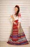 Młoda kobieta w Slawistycznego Belarusian kostiumu krajowym oryginalnym studiu Obraz Royalty Free