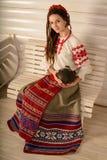 Młoda kobieta w Slawistycznego Belarusian kostiumu krajowym oryginalnym studiu Obraz Stock
