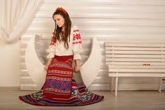 Młoda kobieta w Slawistycznego Belarusian kostiumu krajowym oryginalnym studiu Zdjęcie Royalty Free