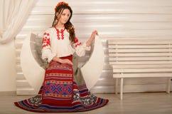 Młoda kobieta w Slawistycznego Belarusian kostiumu krajowym oryginalnym studiu Obrazy Stock
