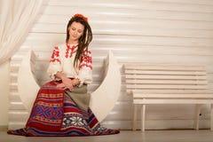 Młoda kobieta w Slawistycznego Belarusian kostiumu krajowym oryginalnym studiu Obrazy Royalty Free