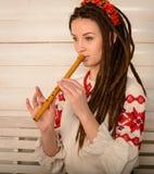 Młoda kobieta w Slawistycznego Belarusian kostiumu krajowym oryginalnym studiu Fotografia Royalty Free