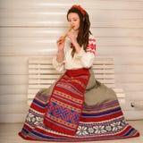 Młoda kobieta w Slawistycznego Belarusian kostiumu krajowym oryginalnym studiu Fotografia Stock
