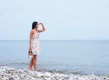Młoda kobieta w sukni na dennym tle Zdjęcie Stock