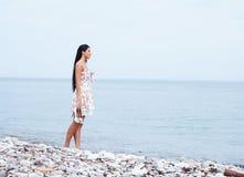 Młoda kobieta w sukni na dennym tle Obraz Stock
