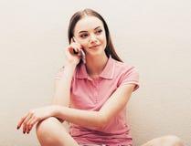 Młoda kobieta w sypialni z telefonem komórkowym w sypialni Fotografia Royalty Free