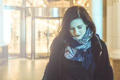 Młoda kobieta w szalika portrecie przy nocy miastem Zdjęcie Royalty Free