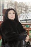 Młoda kobieta w ubraniach ciemny futerko Obrazy Royalty Free