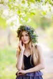 Młoda kobieta w wianku kwiaty outdoors Zdjęcie Royalty Free