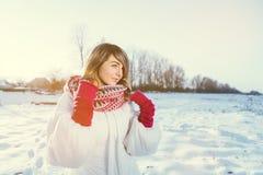 młoda kobieta w wintertime plenerowym Zmierzch Fotografia Royalty Free