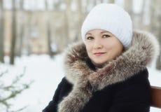 Młoda kobieta w zimie outdoors Zdjęcia Stock