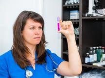 Młoda kobieta weterynarza lekarka Zdjęcia Royalty Free