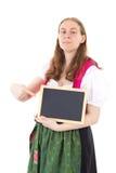 Młoda kobieta wskazuje przy pustym blackboard Fotografia Stock