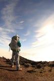 Młoda kobieta wycieczkowicz wycieczkuje na halnym szczycie Obraz Royalty Free