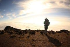 Młoda kobieta wycieczkowicz wycieczkuje na halnym szczycie Obraz Stock