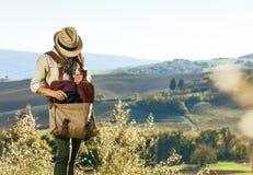 Młoda kobieta wycieczkowicz wycieczkuje w Tuscany bierze lornetki Zdjęcia Stock