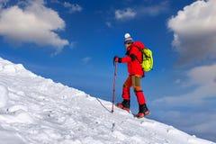 Młoda kobieta wycieczkuje na wysokich górach Zdjęcie Royalty Free