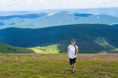 Młoda kobieta Wycieczkuje przy Carpathians gór stojakami na górze wzgórza Fotografia Stock