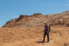 Młoda Kobieta Wycieczkuje Uroczystego schody Escalante Krajowego zabytek Utah Fotografia Stock