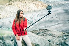 Młoda Kobieta Wycieczkuje W Szwajcarskich Alps, Bierze Selfie Fotografia Royalty Free