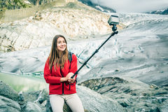 Młoda Kobieta Wycieczkuje W Szwajcarskich Alps, Bierze Selfie Obrazy Stock