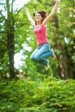 Młoda kobieta wysocy skoki Zdjęcia Royalty Free