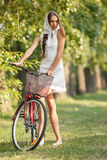 Młoda kobieta z bicyklem Zdjęcia Stock