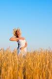 Młoda kobieta z chaplet w biel sukni w polu Obrazy Royalty Free