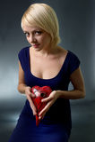 Młoda kobieta z czerwonym sercem. Zdjęcie Royalty Free
