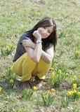 Młoda kobieta z daffodils Zdjęcia Stock