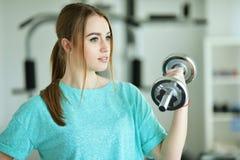 Młoda kobieta z dumbbell w gym Fotografia Royalty Free