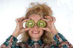 Młoda kobieta z kiwifruit Zdjęcia Royalty Free