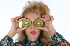 Młoda kobieta z kiwifruit Fotografia Stock
