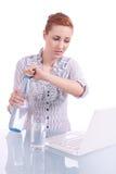 Młoda kobieta z komputerem   Zdjęcia Stock
