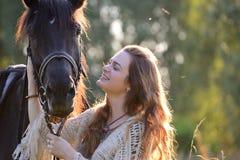 Młoda kobieta z koniem Obrazy Royalty Free