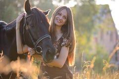 Młoda kobieta z koniem Fotografia Royalty Free