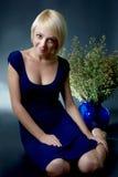 Młoda kobieta z kwiatami. Zdjęcie Stock