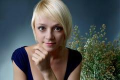 Młoda kobieta z kwiatami. Obrazy Stock