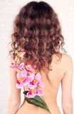 Młoda kobieta z kwiatami zdjęcia royalty free