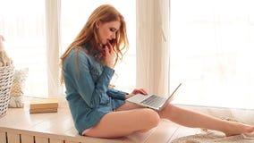 Młoda kobieta z laptopem zbiory wideo