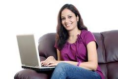Młoda kobieta z laptopem obrazy royalty free