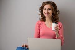 Młoda kobieta z laptopem Obrazy Stock