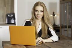 Młoda kobieta z laptopem Zdjęcia Stock