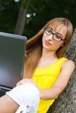Młoda kobieta z laptopem na naturze Zdjęcie Stock