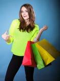 Młoda kobieta z papierowym wielo- coloured torba na zakupy Obrazy Royalty Free