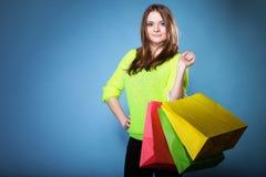Młoda kobieta z papierowymi wielo- coloured torbami Zdjęcia Stock