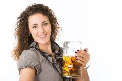 Młoda kobieta z piwem Zdjęcia Royalty Free